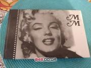 Книга биография Мерлин Монро, в черно-белом стиле