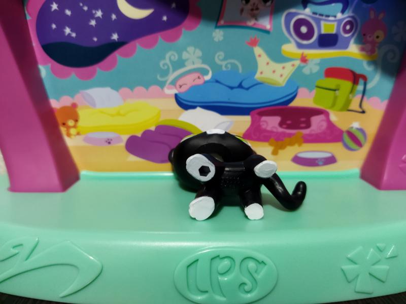 Фигурка Littlest pet shop кошка-стоячка черная с белым пятном вокруг глаза